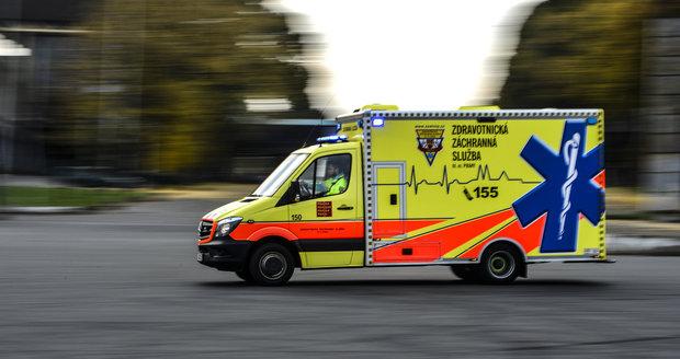 Ve Frýdku-Místku srazilo auto osmileté dítě: Jeho stav je kritický
