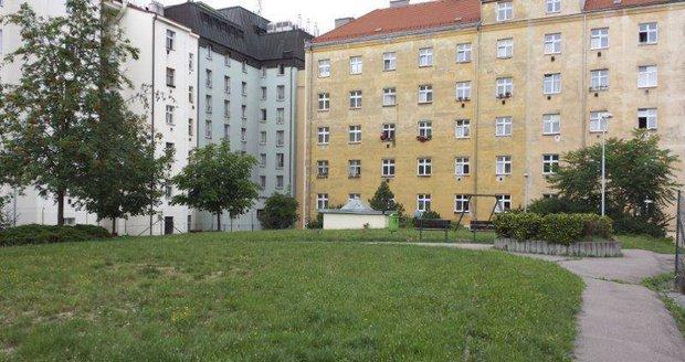 V Holešovicích se opraví vnitroblok s hřištěm, radnice chystá setkání s obyvateli.