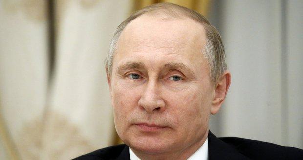 Putin odmítl, že by Rusko ovlivňovalo volby v USA. Vinu svedl na hackery