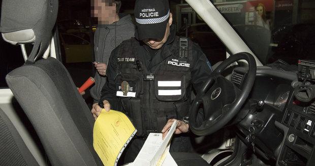 Noční služba speciální taxi hlídky městské policie. Posvítili si na nepoctivce.