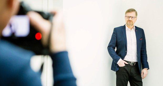 Předseda ODS Petr Fiala se fotí na bilboard před kampaní k volbám do Poslanecké sněmovny. Volby budou 20. a 21. října 2017.