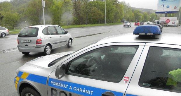 Hledaný Němec ujížděl policistům přes hranice, projel i zátaras. (Ilustrační foto)