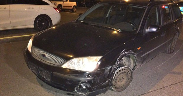 Opilý řidič naboural dvě auta. Zastavila ho až utržená pneumatika.