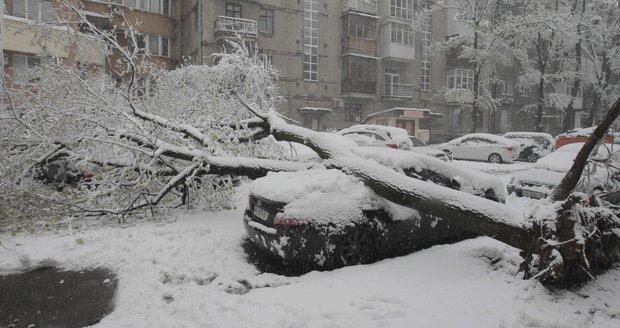 Zimní počasí zaskočilo Evropu: Sníh některá místa odřízl od světa.