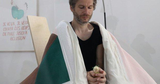 Umělec Abraham Poincheval vyseděl v rámci svého uměleckého díla v Paříži své první kuře. Ještě jich zbývá devět.