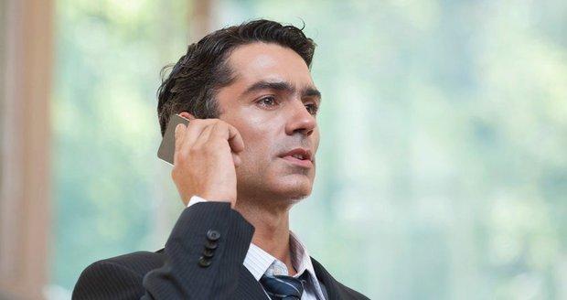 Soud uznal spojitost mezi častým telefonováním a nádorem v hlavě. (Ilustrační foto)