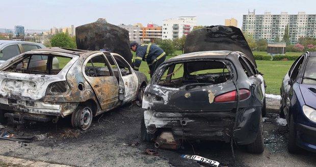 Auta nejspíš někdo zapálil.