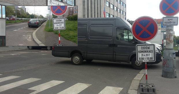 Řidiči v Praze ignorují zákazové značky. Komplikují tím blokové čištění ulic.