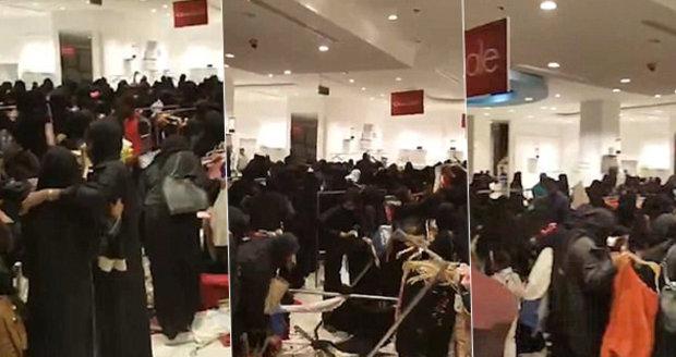 Ženy v Saúdské Arábii se porvaly o oblečení ve slevě.