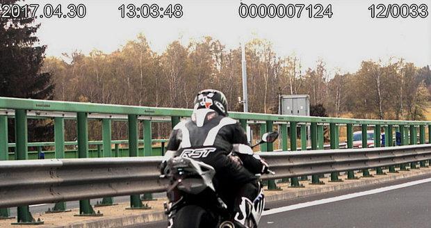 Motorkář projel kolem karlovarských policistů rychlostí 232 km/h, navíc mu chyběla SPZ.