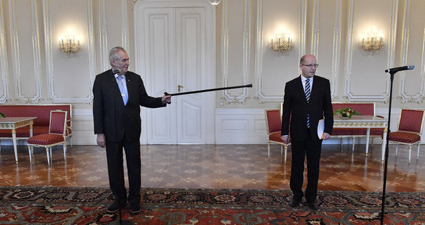 Česko-čínské škádlení: Sobotka a Zeman řeší na dálku náhradu na finance
