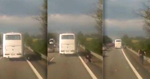 Z rozjíždějícího se autobusu na D1 vypadl cestující.