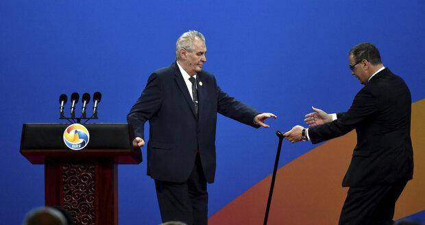 Zeman v Číně: Hůlku předává šéfovi hradního protokolu Sklenářovi.