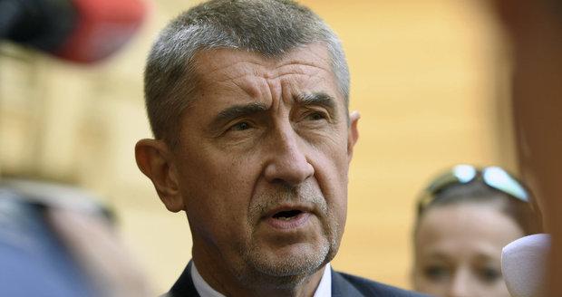 Andrej Babiš před Úřadem vlády. Na ministra financí navrhl Ivana Pilného (17. 5. 2017).