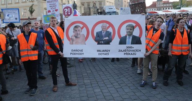 17. května vyšly opět davy do ulic proti Babišovi a Zemanovi. Šikují se i prostřednictvím internetových peticí.