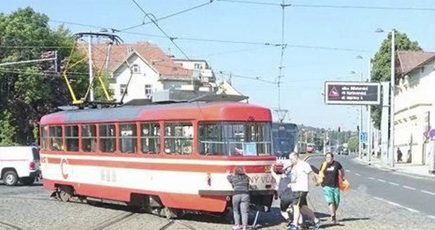 Lidé museli odtlačit tramvaj na obratiště.