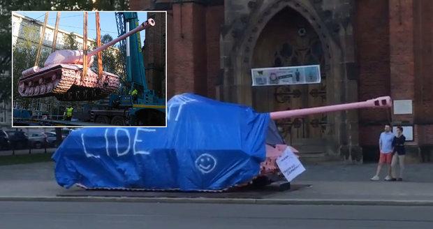 Skupina, která si říká Slušní lidé, překryla růžový tank na Komenksého náměstí v Brně modrou plachtou.