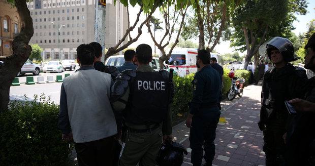 V íránském parlamentu se střílelo, pak přišel další útok. Teroristé drželi rukojmí