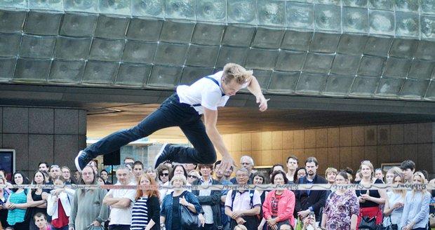Akce Praha žije hudbou odstartovala šílenou akrobatickou show.