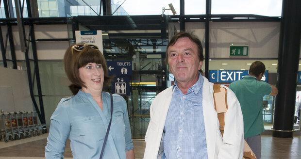 Na letiště doprovodila Trávníčka jeho žena Monika, která zůstala sama na péči o půlročního syna Maxmiliána.