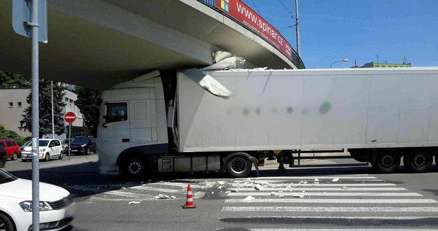 Kuriózní nehoda v Brně: Nepozorný řidič narval u výstaviště kamion pod most