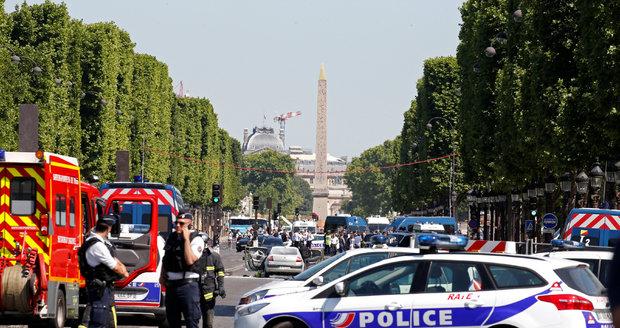 Na pařížské Champs-Élysées probíhá bezpečnostní akce poté, co tam dodávka najela do policejního auta.