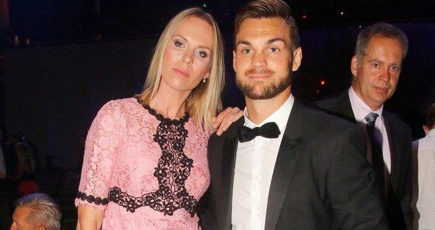 Diana Kobzanová s přítelem Michaelem Frolíkem na Zlaté hokejce