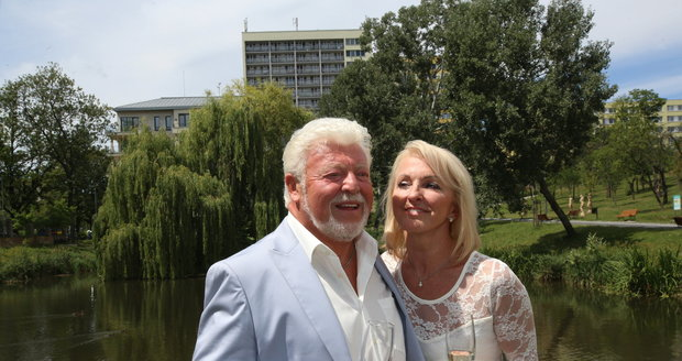 Milan Drobný se oženil se svou snoubenkou Danou.
