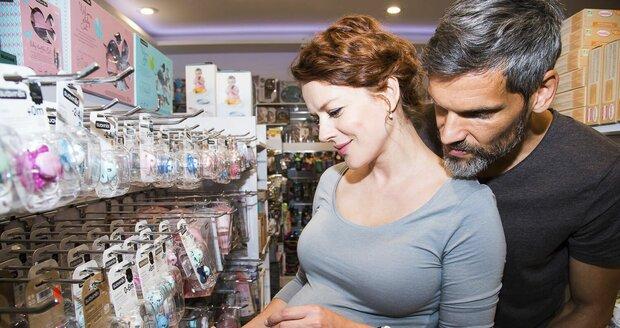 Těhotná Andrea Kerestešová s manželem vybírají výbavičku pro miminko.