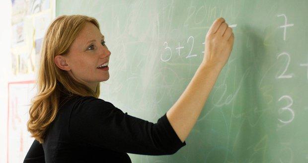 Dva tisíce učitelů skončilo po vysvědčení na pracáku. Obcházejí školy zákon?