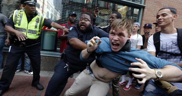 Při demonstraci proti rasismu v Bostonu zatkli 27 lidí: Vzduchem létaly kameny a láhve