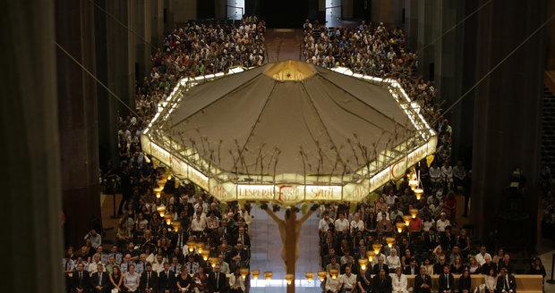 """V Barceloně začala mše za oběti teroru, účastní se i král. Papež odsoudil """"nelidský čin"""""""