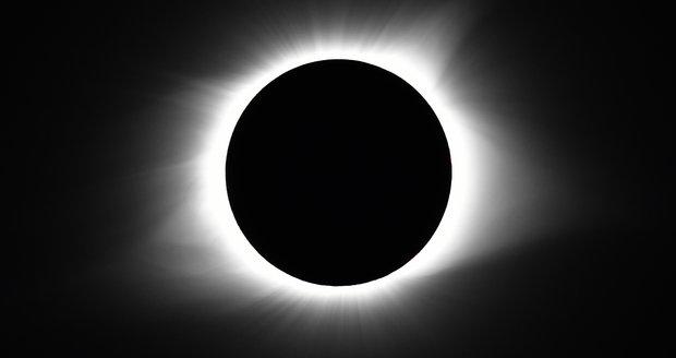 """""""Zatmění Slunce byl podvod, NASA lže."""" Konspirátoři trvají na tom, že je Země plochá"""