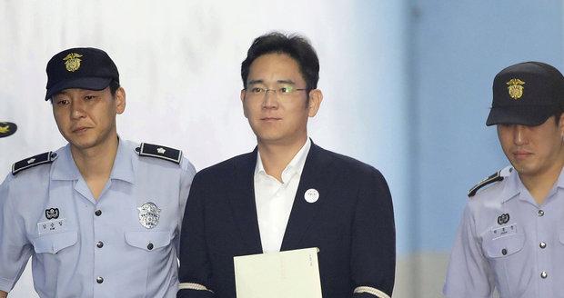 Dědic Samsungu dostal pět let vězení. Po skandálu, který sesadil i prezidentku
