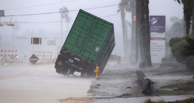 Hurikán Harvey trhá budovy. Zranění i uvěznění lidé, tisíce jich prchají z domovů
