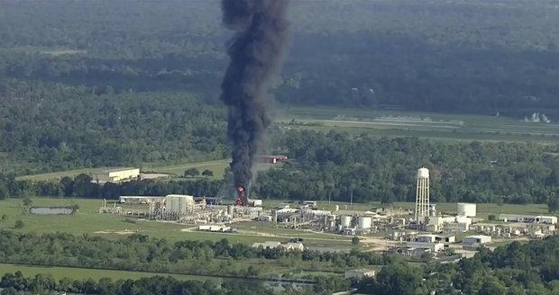 Chemička poničená záplavami znovu vzplála. Otřesou Texasem další exploze?