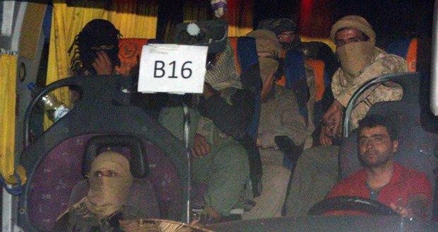 Část bojovníků ISIS se vzdala a převáží je autobusy. Konvoj se však dostal do potíží
