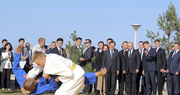 """""""Vladimire, potíže překonáme."""" Putinovi navrhl japonský premiér souboj v judu"""