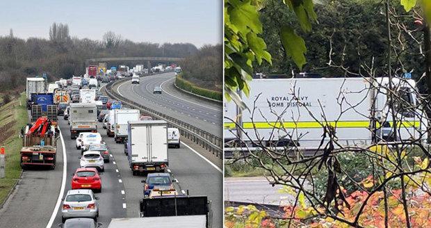 Panika na dálnici: Na 12 hodin ji uzavřel podezřelý předmět, lidé prchali z aut