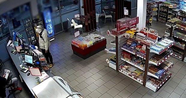 Lupič přepadl benzinku: Pumpař si četl noviny a ignoroval ho, tak odešel s nepořízenou
