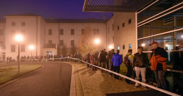 Zima, tma a formuláře: 300 lidí čekalo od noci před úřadem kvůli kotlíkovým dotacím