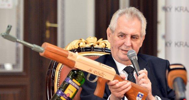 Prezident Zeman vytáhl na novináře maketu samopalu. Nabíjel ho becherovkou