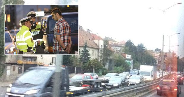 Zasekané dopravní tahy v Praze. V Holešovicích auta zpozdila policejní kontrola