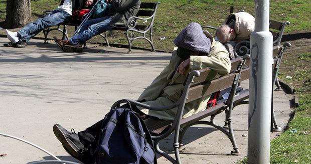 Zmizí bezdomovci z ulic Prahy do internačního tábora?