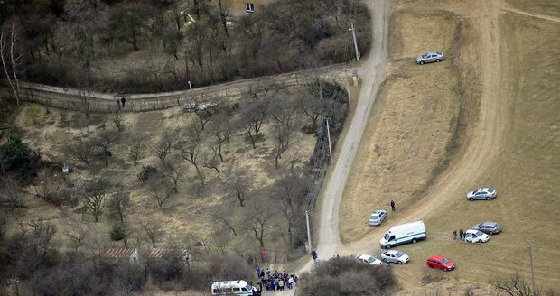 Novináři jsou kousek od místa, kde policie našla tělo.