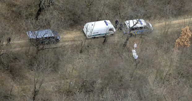Kosterní ostatky s částmi tkáně odnesli policisté do pohřebního vozu.