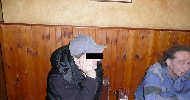 Ota T. seděl odpoledne v klidu u piva v mostecké hospodě.