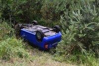 Nehoda uzavřela dálnici na Strakonice: Auto skončilo na střeše