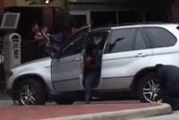 V Americe d�vaj� na auta mal� boti�ky: �ena odjela bez probl�m� i s n�!