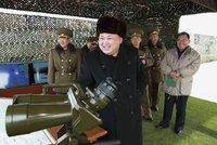 Výroční zkouškou zbraní vysmátý Kim vzkazuje: Dejte si na mě bacha!